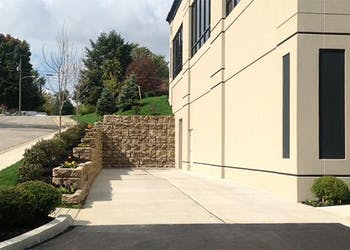 Fast Retaining Wall Installation For Office