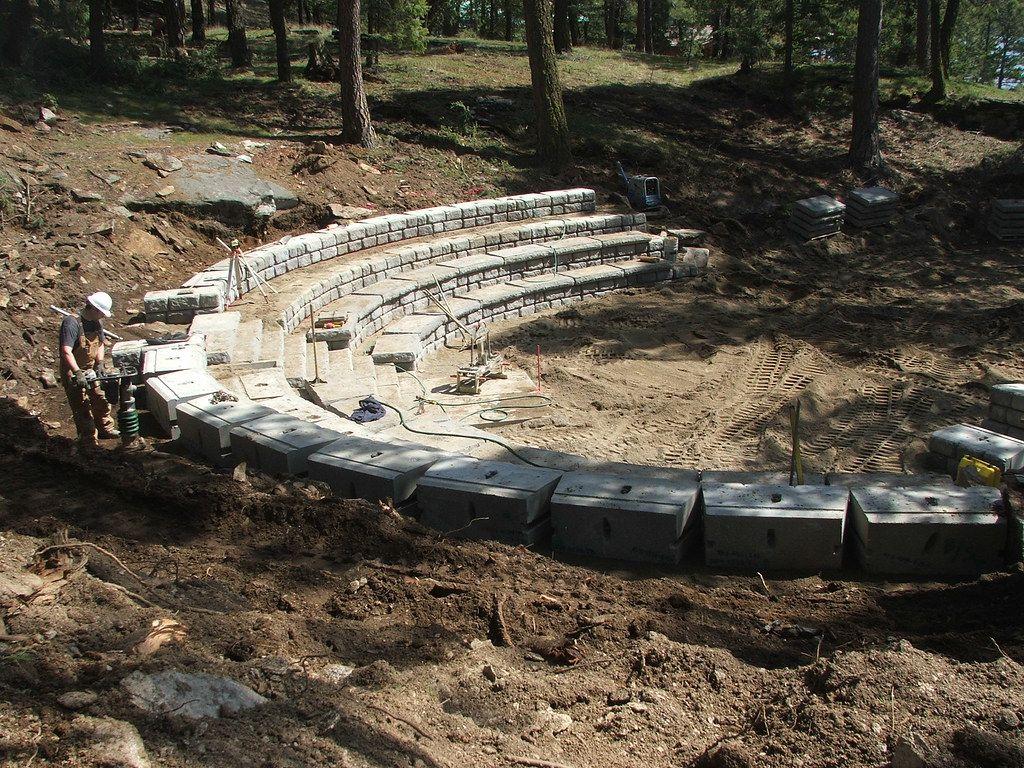 Redi-Rock_cobblestone-gravity-amphitheater-Wilbert-Firebowl_2.jpg