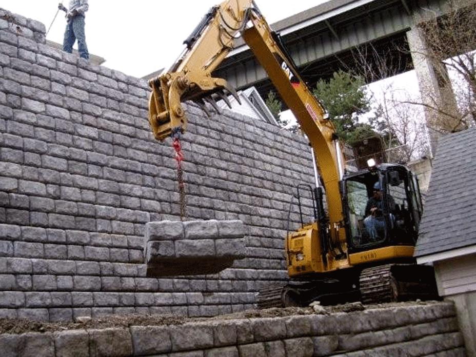 Redi-Rock_cobblestone-reinforced-residential-WilbertPrecast-HarwoodSoilAnchor-Installation_2.png